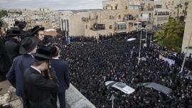 FOTO: Ribuan Orang Melayat Rabi Israel Abaikan Aturan Covid