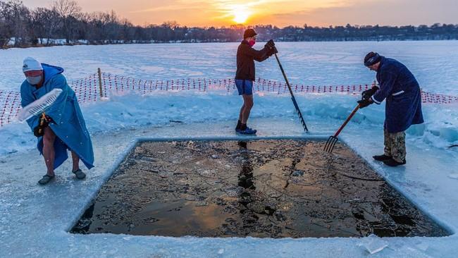 Beberapa orang di Minneapolis, AS, gemar memulai hari dengan berendam di dalam air Danau Harriet dengan suhu mencapai 3 derajat Celcius.