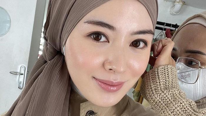 4 Gaya Hijab Jadul Ayana Moon yang Mencuri Perhatian