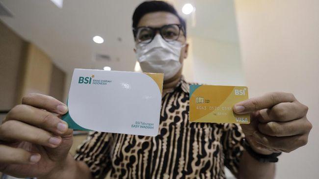 Kartu dan buku tabungan nasabah tiga bank syariah yang merger menjadi Bank Syariah Indonesia akan diganti bertahap tahun ini.