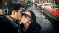 <p>Darius Sinathrya dan Donna Agnesia menikah sejak 30 Desember 2006, Bunda. Sudah 14 tahun, pasangan ini tampak selalu mesra dan jauh dari gosip miring lho. (Foto: Instagram: @darius_sinathrya)</p>