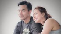 "<p>Selama Donna Agnesia menjalani isolasi mandiri, Darius Sinathrya juga sering memberikan semangat, Bunda. ""<em>Setiap kesulitan yang kita lewati bersama akan menguatkan ikatan rasa, menebalkan cinta, dan mengokohkan kaki kita untuk terus berbahagia bersama. Selamat sayang kabar baik yang ditunggu akhirnya datang juga. She's coming home...,</em>"" ungkapnya. (Foto: Instagram: @darius_sinathrya)</p>"
