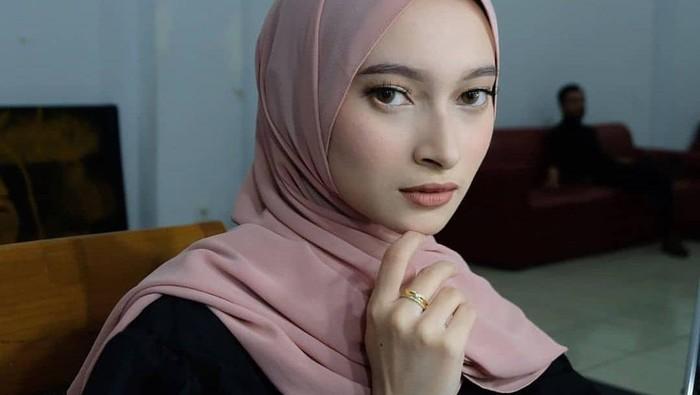 5 Gaya Hijab Valda Alvina, Istri Cantik Reza Zakarya D'Academy