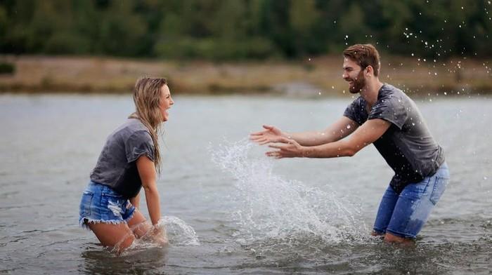 Teman Tapi Menikah, Ini 5 Keuntungan Nikah dengan Pasangan yang Seumuran