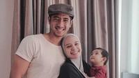 <p><em>Yaaa</em>, Arya Saloka memang sudah berkeluarga. Pada 2017, ia menikah dengan Putri Anne, aktris keturunan Jawa-Norwegia. Kini, kebahagiaan mereka makin lengkap berkat kehadiran putra kecilnya, Ibrahim Jalal Ad Din Rumi. (Foto: Instagram @arya.saloka)</p>