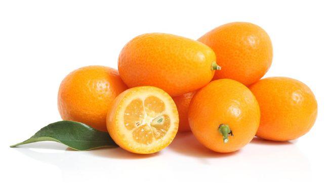Selain menjadi simbol keberuntungan, kumquat merupakan buah yang kaya dengan vitamin C dan E, serta serat yang penting untuk kesehatan tubuh.