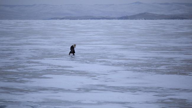 Saat musim dingin, Danau Baikal bakal membeku. Fenomena langka batu
