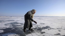 FOTO: Cinta Mati Nenek 80 Tahun pada Seluncur Es