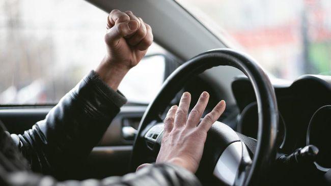 Mobil yang disopiri anggota Babinsa diduga menunggak cicilan 8 bulan hingga berujung diadang oleh sejumlah debt collector di Tol Koja.
