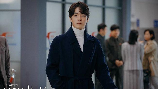 Selain menjadi pemeran dalam drama korea Mr. Queen, aktor Kim Jung-hyun juga mengisi sountracknya yakni lagu berjudul 'Like the First Snow'.