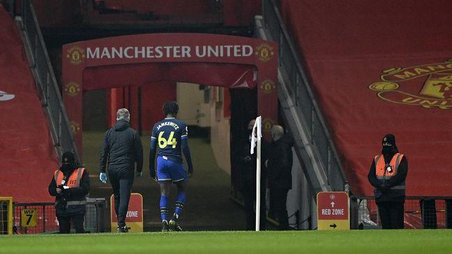 Kartu merah Alex Jankewitz di detik ke-82 menjadi salah satu kunci kemenangan telak 9-0 Manchester United.