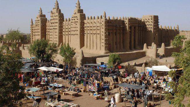Organisasi kerja sama negara-negara Afrika Barat membekukan Mali hingga 2022 mendatang karena kudeta ganda yang dilakukan militer atas pemerintahan sipil.
