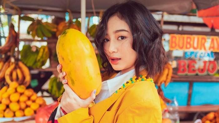Foto di Pasar, Intip Gaya Selebgram Cantik Anselma Putri