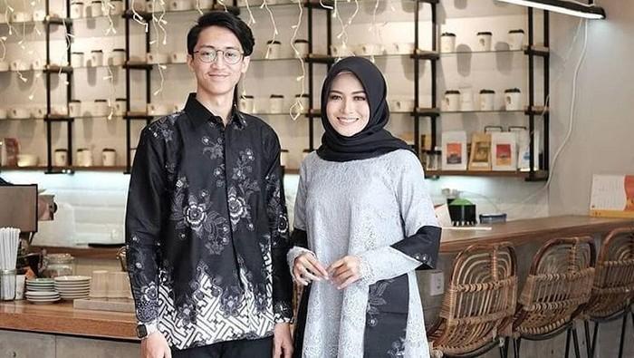 6 Inspirasi Model Batik Couple dengan Pasangan, Simpel dan Elegan