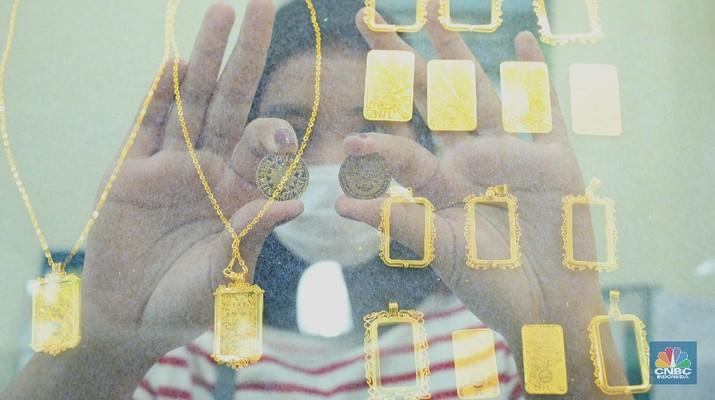 Petugas menunjukkan koin emas Dirham di Gerai Butik Emas Antam, Jakarta, Kamis (4/2/2021). Bank Indonesia (BI) mengajak masyarakat dan berbagai pihak untuk menjaga kedaulatan Rupiah sebagai mata uang NKRI.    (CNBC Indonesia/ Tri Susislo) - PT Rifan