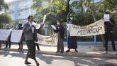 Sekelompok penduduk Myanmar menggelar unjuk rasa di depan Universitas Kedokteran Mandalay menentang kudeta.