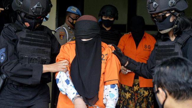 Seorang perempuan usia 25 yang menyerang Mabes Polri pada Rabu sore lalu menambah panjang daftar perempuan dan anak muda yang terlibat aksi teror.