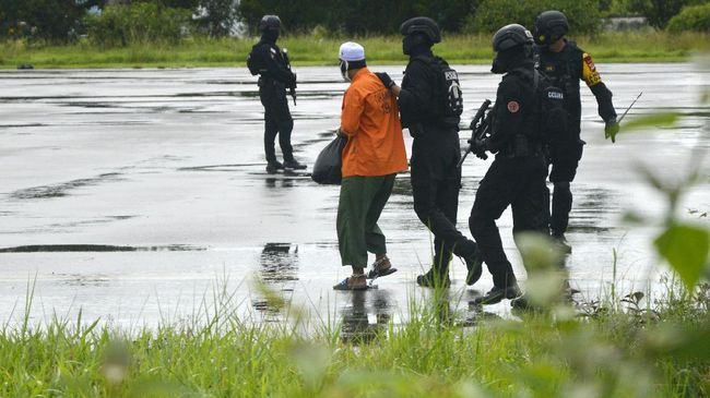 Tiga orang yang menjadi buronan Densus 88 Antiteror Polri merupakan warga Pesanggrahan, Jatipadang, dan Petukangan Utara, Jakarta Selatan.