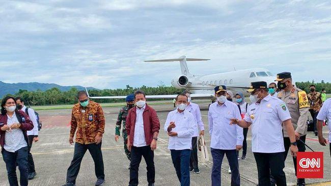 Aparat dari unit Kimia Biologi dan Radioaktif Gegana Brimob Polda Maluku menyemprotkan disinfektan ke seluruh bagian Masjid Raya Al Fatah Ambon, Jumat.