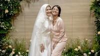 <p>Anak Ikke Nurjanah, Siti Adira Kania turut hadir di sana mengantarkan sang ibunda untuk menikah lagi. (Foto: Instagram @karliefu_)</p>