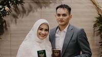 <p>Setelah 14 tahun berstatus janda, Ikke Nurjanah mantap menikah lagi. Kita doakan semoga pernikahan kali ini selalu harmonis ya, Bunda. (Foto: Instagram @karliefu_)</p>