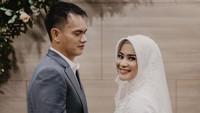 <p>Foto-foto pernikahannya dibagikan oleh suami Ikke Nurjanah, Karlie Fu. Suasana pernikahannya berlangsung hangat dan romantis. (Foto: Instagram @karliefu_)</p>