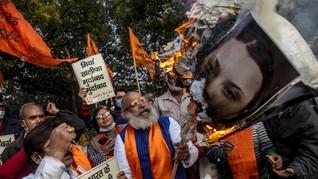 FOTO: Petani India Demo Bakar Foto Rihanna dan Greta Thunberg