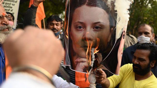 Petani India kecewa dengan cuitan aktivis lingkungan Greta Thunberg dan penyanyi Rihannya sehingga memprotes foto dan patung saat demo UU Pertanian.