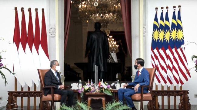 PM Malaysia Muhyiddin Yassin dan rombongan tiba di Jakarta dengan disambut pawai dari Monas hingga menuju Istana Negara untuk menemui Jokowi.