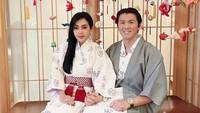 <p>Terlihat kompak, Syahrini dan Reino mengenakan khas Jepang, Yukata. (Foto: @princessyahrini)</p>