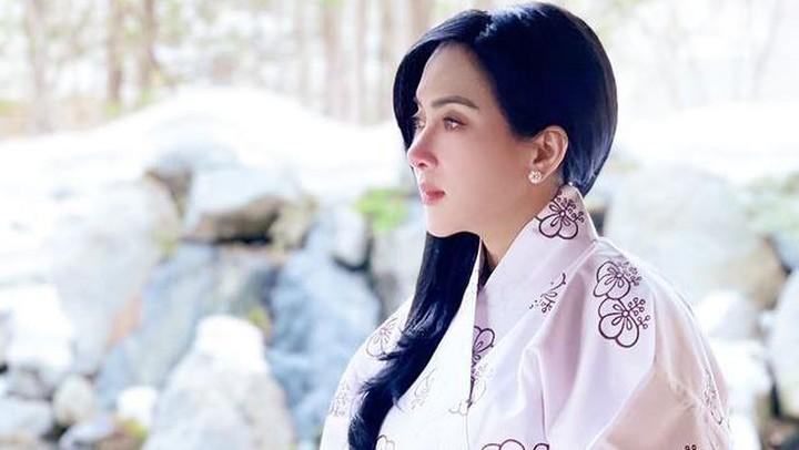 syahrini mengenakan baju rumah khas Jepang, Yukata