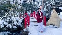 <p>Mencoba pengalaman baru, Syahrini dan Reino mengenakan Yukata saat cuaca bersalju, nih. Wah, beda dari yang lain ya, Bun. (Foto: instagram: @princessyahrini)</p>