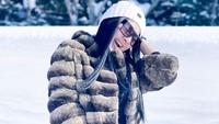 <p>Tak hanya Yukata, Syahrini juga asyik bermain salju dengan jaket tebal berwarna cokelat, lho. (Foto: instagram: @princessyahrini)</p>