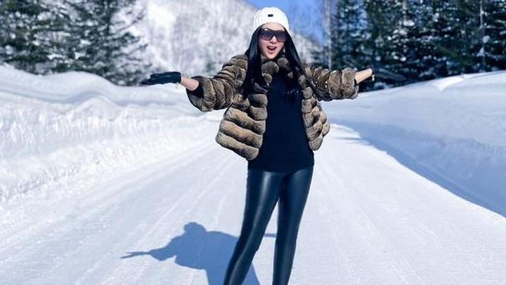 syahrini bermain di salju