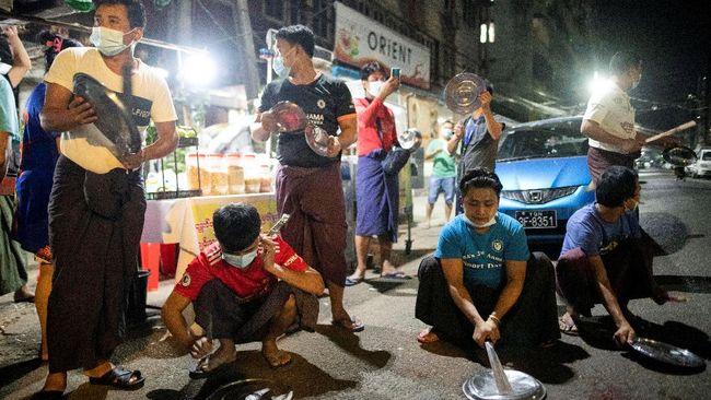 Sejumlah penduduk Myanmar terus membunyikan klakson kendaraan dan memukul peralatan masak sebagai bentuk protes kudeta.