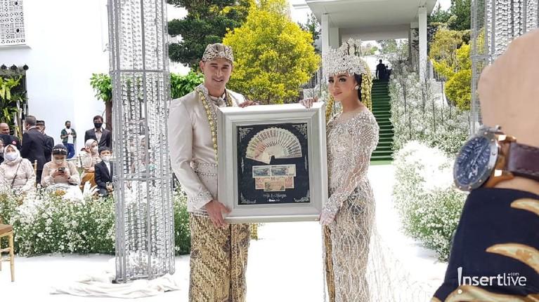 6 Foto Pernikahan Ali Syakien dan Margin Wieheerm
