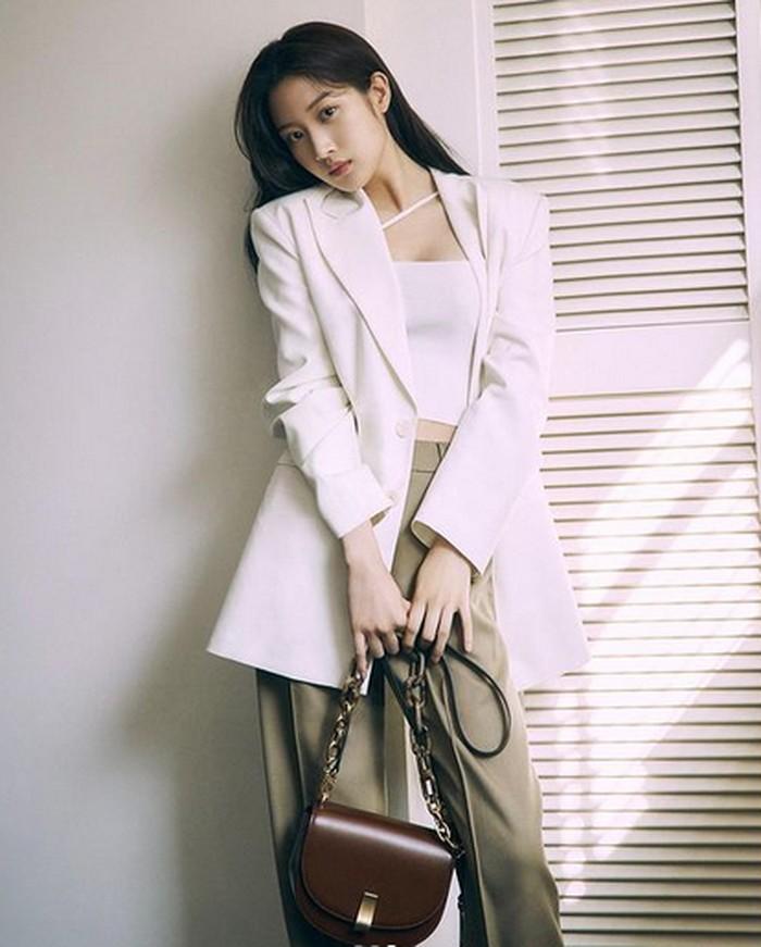 Kali ini, pemeran Im Jukyung dalam drama True Beauty ini mengenakan tube top dan blazer berwarna putih yang membuatnya tampak elegan dan seksi. Padukan dengan bawahan berwarna abu-abu dan aksesoris sling bag berwarna cokelat untuk mendapat look minimalist chic yang apik! (Foto:instagram.com/m_kayoung)
