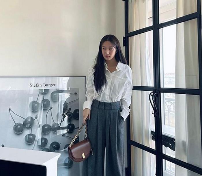 Walaupun Moon Ga Young tidak mengenakan aksesoris, ia tetap terlihat stylish berkat perpaduan kemeja putih dan celana abu-abu yang ia kenakan. Kamu bisa men-tuck-in kemejanya supaya terlihat rapi. Outfit ini bisa kamu pakai ke kantor, lho! (Foto: instagram.com/m_kayoung)