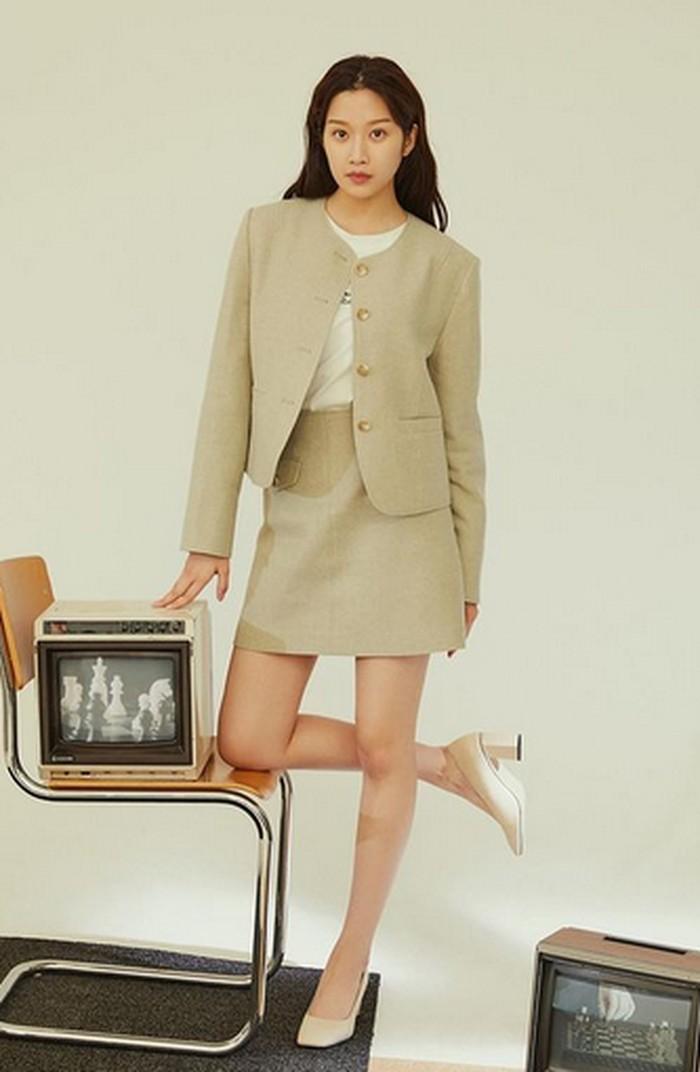 Di penampilan kali ini, Moon Ga Young tampil dengan outfit monochrome yang membuatnya tampak elegan. Rambutnya yang sedikit dikeriting mempermanis penampilan aktris kelahiran 1996 ini. Ditambah dengan high heels untuk menyempurnakan penampilannya. (Foto: instagram.com/m_kayoung)