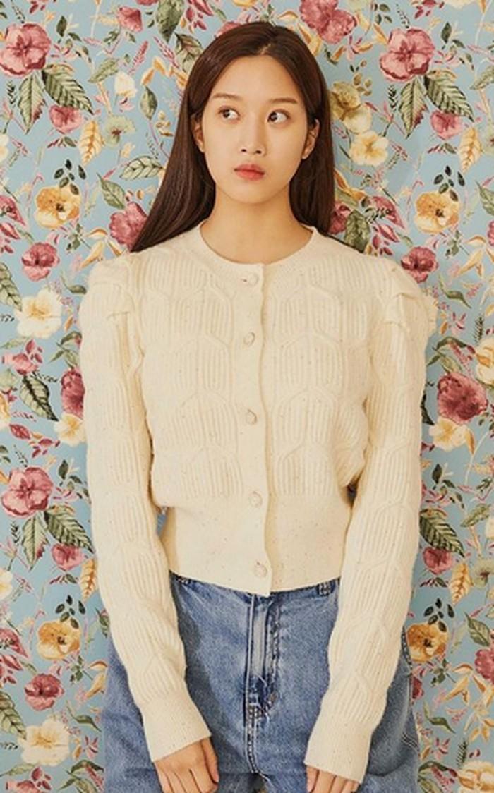 Butuh inspirasi outfit untuk pergi hangout? Kamu bisa contek style Moon Ga Young satu ini yang memadukan cardigan berwarna cream dan celana jeans jenis light wash. (Foto:instagram.com/m_kayoung)