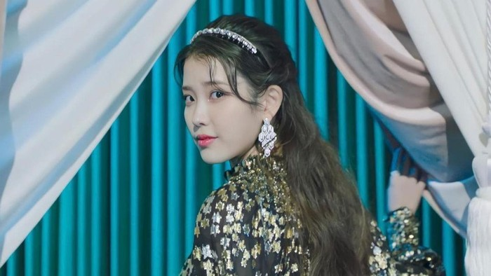 7 Gaya Fashiion IU di MV 'Celebrity', Gorgeous!