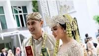<p>Pasangan Ali Syakieb dan Margin Wieheerm telah resmi menyandang status suami istri, Bunda, Pernikahan mereka digelar pada hari ini, Sabtu (6/2/2021) di Bandung, Jawa Barat. (Foto: Instagram@nsyakieb85)</p>
