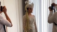 <p>Berikut potret Margin Wieheerm saat berada dalam ruang ganti, Bunda. Terlihat anggun dan elegan dengan Siger khas Sundanya ya, Bunda? (Foto: Instagram@aliyahabsyi)</p>