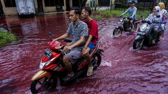 Pewarna batik seberat 3 kg terlarut dalam air banjir di Pekalongan sehingga menyebabkan air banjir berwarna merah.