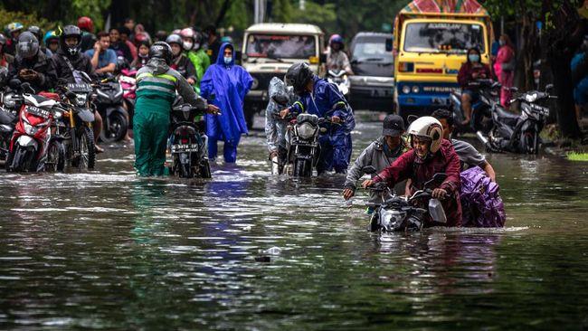 Hujan lebat sejak kemarin di Semarang tak hanya mengakibatkan banjir, tapi juga longsor di 21 titik di ibu kota Jawa Tengah itu.