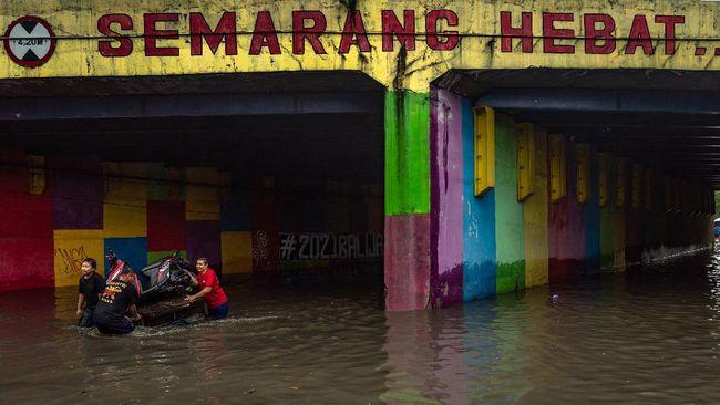 Banjiir dan longsor di Semarang menyebabkan dua orang meninggal, bandara dan stasiun kereta di kota tersebut lumpuh.