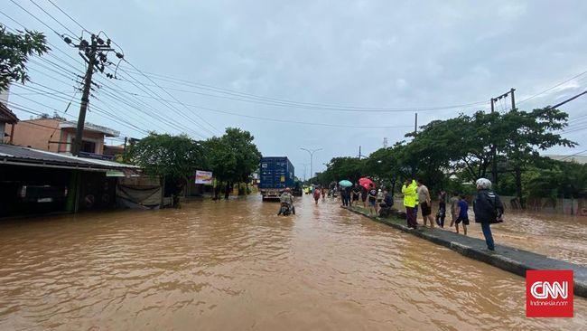 Hujan selama 12 jam yang mengguyur Kota Semarang dan sekitarnya menimbulkan banjir di sejumlah titik termasuk di Jalur Pantura yang lumpuh karena banjir.
