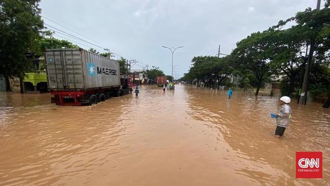 Kota Semarang dikepung banjir setelah hujan deras mengguyur sejak Jumat (5/2) malam. Sejumlah fasilitas umum dari mulai bandara, stasiun dan jalan lumpuh.