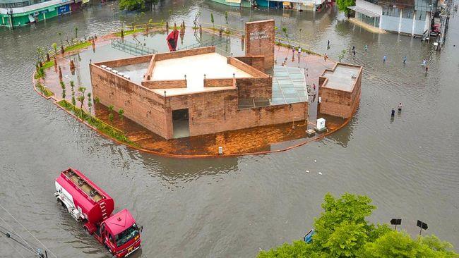 KLHK berpendapat banjir di Semarang disebabkan karena tak imbangnya laju pembangunan dengan penyediaan infrastruktur penampung air seperti pompa dan drainase.