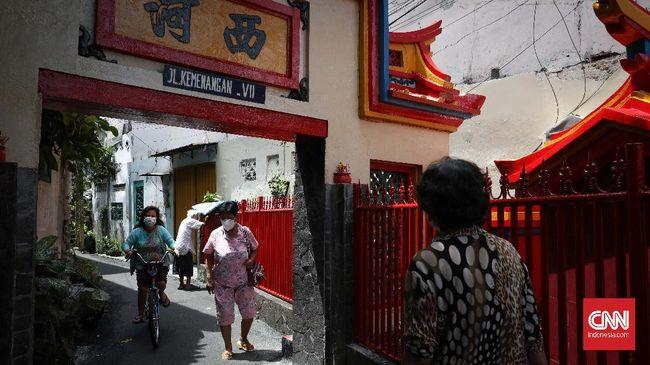 Diskriminasi dan prasangka sosial-politik terhadap etnis Tionghoa telah terjadi sejak era Sukarno dan belum sepenuhnya berakhir di era pasca Reformasi.